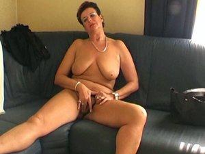 Miriana anziana esibizionista