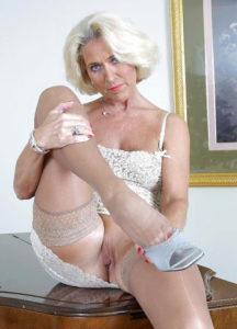 Carmela anziana signora sessantenne